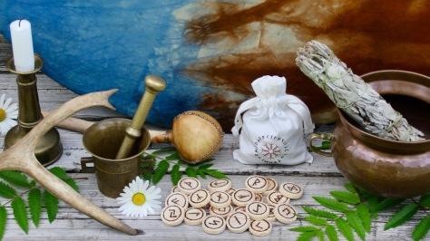 Luonnon noituus Noita symbolit Noituuden harjoittaminen Riimut Riimukivet Luonnonnoita Vihreä noita Kodin noita Yrttinoita Keittiönoita Wicca Vanhan ajan Perinnenoita Perinteinen luonnonnoituus Noidan työvälineet Olen noita