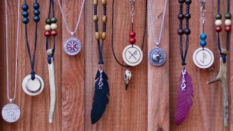Amuletti Talismaani Symbolit Poronsarvi Vegvisir Korpinkallo Riimutalismaani Kaulakorut Shamaani ja voimaeläinkorut